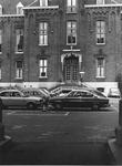 1977-555 Binnenplaats van het verpleeghuis Sint-Antonius aan de Nieuwe Binnenweg, met parkeerplaatsen voor auto's ...