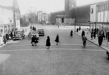 1977-625 Oversteekplaats voor de voetgangers in de noodwinkelstraat Mathenesserlaan. Op de achtergrond het Museum ...