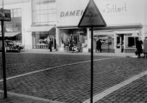 1977-646 Oversteekplaats voor de voetgangers met waarschuwingsbord en witte lijnen. Op de achtergrond de noodwinkels ...
