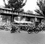 1977-733 Gezicht op de Binnenrotte tijdens de weekmarkt onder en naast het spoorwegviaduct.Op de voorgrond bromfietsen ...