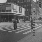 1977-763 Gezicht op de Aert van Nesstraat bij de Lijnbaan. Op de achtergrond het r.k. Instituut Sint Lucia op de hoek ...