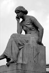 1981-1894 Het beeld van het monument Van 't Hoff aan de 's-Gravendijkwal.