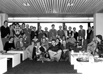 1981-4020 Groepsfoto is gemaakt tijdens het 40-jarig ambtsjubileum van de heer M.E.J. Bos in de kantine van het ...