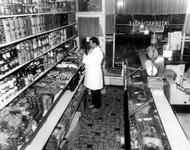 1981-413 Interieur van de Internationale avondwinkel aan de Nieuwe Binnenweg 273. Op de foto: dhr. Laamari Er Taouyl ...