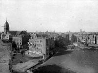 1982-259 Gezicht op de 's-Gravendijkwal met links de Nieuwe Kerk (Delfshaven) en het weiland aan het eind van de straat ...