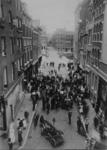 1984-2658 Menigte en brandweer bij kapper A.G. Schupper in de Korte Wijnbrugstraat. Op de achtergrond de Grote Wijnbrug ...