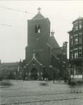 1986-386 Sint Antonius Abt kerk aan de Jan Kruijffstraat gezien vanaf de Schiedamseweg. Rechts naast de kerk de Noordschans.