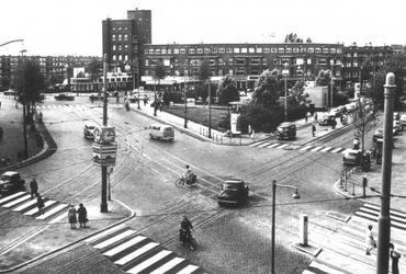 1990-2835 Overzicht van het Mathenesserplein vanuit hoek van de Mathenesserlaan en de Vierambachtsstraat gezien, in de ...