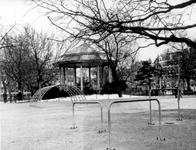 IX-1154-03-01 Gezicht op het Heemraadsplein met muziektent. Op de achtergrond rechts de Nieuwe Binnenweg.