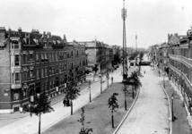 IX-553-02 Gezicht op de Claes de Vrieselaan met op de voorgrond links de Lieve Verschuierstraat. Op de achtergrond ...