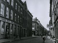 IX-963-01 Goudsestraat uit het oosten. Linkerzijde de Meermanstraat met op de hoek de apotheek en verder de Rotterdamse ...