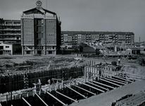 IX-966-00-06 Bouwput aan de Hoogstraat, links het Industriegebouw en het Achterklooster, in het midden de ...