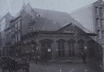 XII-102 Brandspuithuis aan het Grotekerkplein op de hoek met de Sint-Laurensstraat.