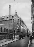 XII-86-1 De Hoogstraat met links het Bevolkingsbureau.