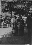 XIV-109-02 Vrouwen op de Veemarkt, die wachten op de melk.
