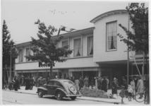 XIV-455-02 Noodwinkels van N.V. P. van Reeuwijk Maatschappij voor Woninginrichting aan de Nieuwe Binnenweg, op de dag ...