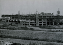 XV-59-09 De bouw van het Industriegebouw aan de Goudsesingel, gezien aan de zijde van links het Achterklooster, rechts ...