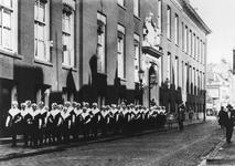 XX-18-03 Groep weesmeisjes van het Gereformeerd Burger Weeshuis aan de Goudsewagenstraat klaar om te vertrekken naar de ...