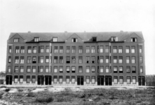 XXV-65 Gezicht op een blok huizen aan de Beukelsdijk nummers 12-24, uit het noorden.