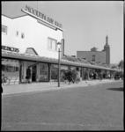 1088 Winkelend publiek bij de noodwinkels Noordblaak 1940 (o.a. Meijer & Blessing en Ulrich) aan de Jongkindstraat. Op ...