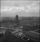 1284 Overzicht van de binnenstad vanaf de Stadhuistoren aan de Coolsingel. Van rechts naar links De Delftsevaart, de ...