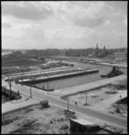 1337 Zicht vanaf een hoog punt op de Wijnhaven, Bierhaven en Leuvehaven in zuidwestelijke richting. De kades zijn ...