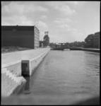 1339 De Wijnhaven gefotografeerd in de richting van het Witte Huis (op de achtergrond). Links de pakhuizen van de firma ...