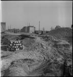 1842 Aanleg van de Leuvesluis ter hoogte van de Schiedamsedijk. Op de achtergrond enkele panden aan de Wijnhaven. In ...