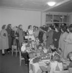 4768 Kinderen, ouders en personeel in de kinderbewaarplaats aan de Vlinderstraat.