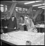 9575 Koningin Juliana bezoekt het Stadstimmerhuis aan het Haagseveer. Stedenbouwkundige ir. C. van Traa geeft uitleg ...