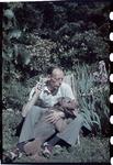 171 Familielid of een bekende van de familie Boske met hond Marouchka in de tuin van de familie aan de Van Vollenhovenstraat.