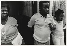 1986-2180 Eerste Surinaamse bewoners van het dorp. Ze kijken naar een bijeenkomst van architecten, bewoners en ...