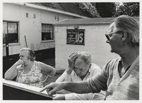 1986-2181 Ome Dorus, zijn vrouw en een buurman. Op de achtergrond zijn schuur waarin een ijssalon is gevestigd. Uit een ...