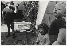 1986-2182 Drie kinderen in een tuin. Uit een serie van 10 foto's over bewoners van het Witte Dorp.