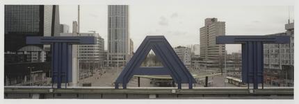 2003-1054-2 Overzichtsfoto vanaf het dak van het Centraal Station richting zuiden op het Stationsplein. Uit een serie ...