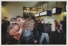 2003-1054-20 Reizigers bij de trappen naar spoor 6 en 7 in de hal van het Centraal Station. Uit een serie van dertig ...