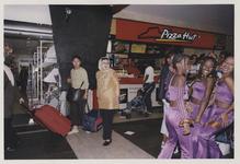 2003-1054-22 Reizigers bij de Pizza Hut in de hal van het Centraal Station. Uit een serie van dertig foto's over het ...