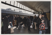 2003-1054-24 Reizigers wachten op perron 6 van het Centraal Station. Uit een serie van dertig foto's over het Centraal ...