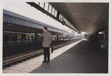 2003-1054-26 Een man wacht op een perron van het Centraal Station. Uit een serie van dertig foto's over het Centraal ...