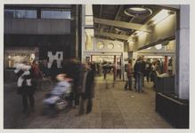 2003-1054-28 Reizigers op het Stationsplein voor de hoofdingang van het Centraal Station. Zicht op gevel zuidzijde. Uit ...