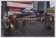 2003-1054-30 Reizigers wachten bij tramhalte op het Stationsplein voor het Centraal Station. Uit een serie van dertig ...