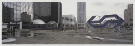 2003-1054-4 Foto vanaf het dak van het Centraal Station richting zuiden met zicht op kantoorgebouwen. Het logo van de ...