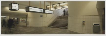 2003-1054-9 Informatieborden bij spoor 11 en 12 in de hal van het Centraal station. Uit een serie van negen ...