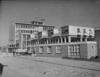 L-1226 Het Slaakhuys met op de voorgrond een uitbreiding aan de Jacques Perkstraat nr. 7. In het gebouw was de redactie ...
