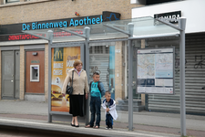 GG-31 Een tramhalte op de Nieuwe Binnenweg. Op de achtergrond De Binnenweg Apotheek.