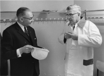 1967-577 De gemeentearchivaris drs. R.A.D. Renting (links) en burgemeester W. Thomassen (rechts) ter gelegenheid van ...
