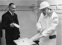 1967-578 De gemeentearchivaris drs. R.A.D. Renting (links) en burgemeester W. Thomassen (rechts) ter gelegenheid van ...