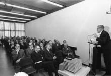 1967-587 Burgemeester W. Thomassen spreekt genodigden toe, ter gelegenheid van de uitbreiding van het gebouw van het ...