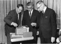 1967-588 Rond maquette van het derde depot van het gemeentearchief aan de Robert Fruinstraat. V.l.n.r. ir. A.A. ...