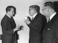 1967-589 V.l.n.r. ir. A.A. Stekelenburg, ontwerper, burgemeester W. Thomassen, de gemeentearchivaris drs. R.A.D. ...